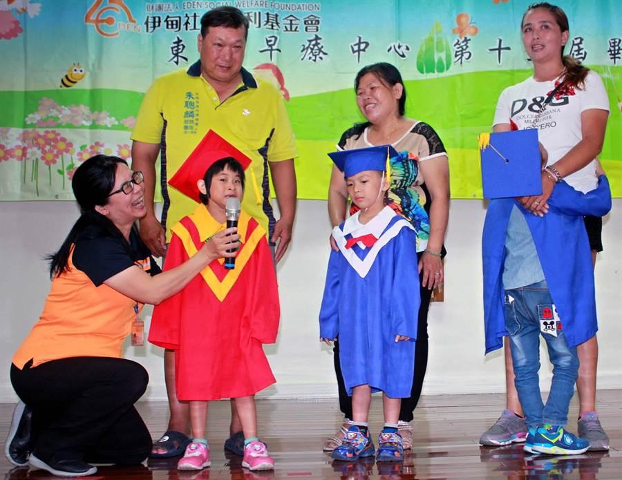 伊甸東港早療中心今年有3名「慢飛天使」畢業,爸媽陪著孩子一起上台分享,領取畢業證書,都非常感動。(潘建志攝)