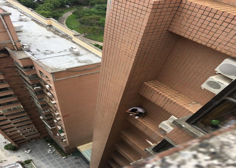 林男獨自跨坐租屋大樓21樓窗外,被大樓警衛發現報警,警方獲報趕抵救援。(張妍溱翻攝)