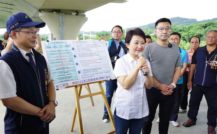 台中市長盧秀燕會勘「東豐快」第4標竣工橋梁,她並向鄉親保證加速推動復工。(王文吉攝)