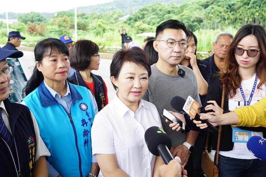 台中市長盧秀燕(中)會勘「東豐快」第4標竣工橋梁,她受訪時向鄉親保證加速推動復工。(王文吉攝)