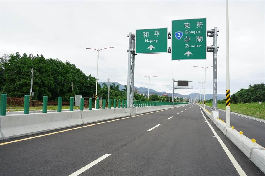 「東豐快」第4、5標已經完工,道路寬敞筆直,但1、2標停工,無法相互銜接。(王文吉攝)