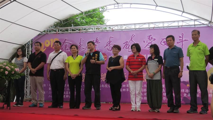 開幕式活動在二林鎮農會台灣酒窖熱鬧舉行,總幹事邱士平(左四)、承辦理事長陳蜂(左五)偕八家在地酒莊業者一同上台。(謝瓊雲攝)