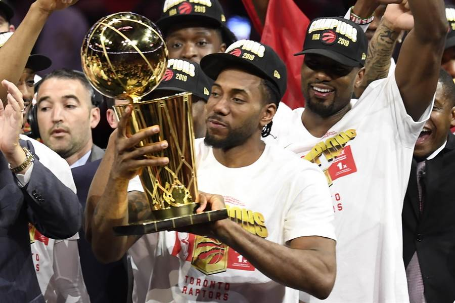 里歐納德成為史上首位拿下總冠軍賽MVP後立刻轉隊的球員。(美聯社)