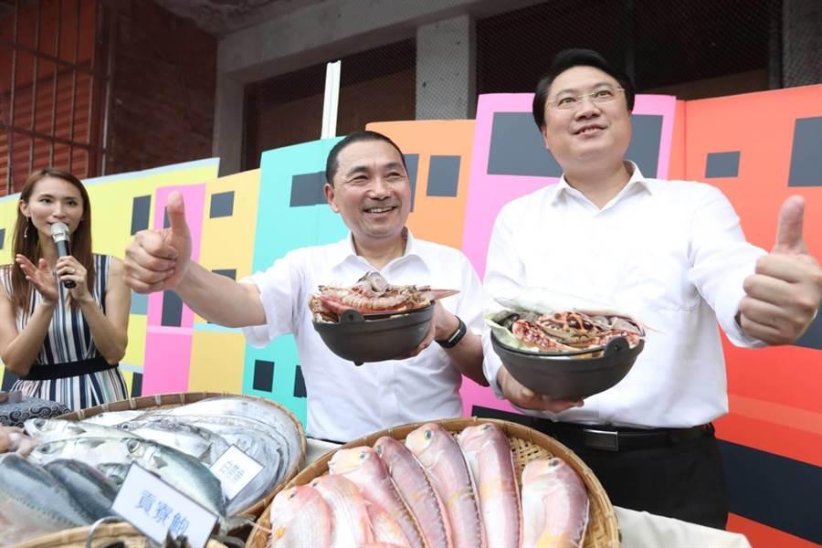 新北市長侯友宜(左)6日前往基隆與基隆市長林右昌(右)行銷在地海鮮,共煮特色漁夫鍋。(葉德正翻攝)