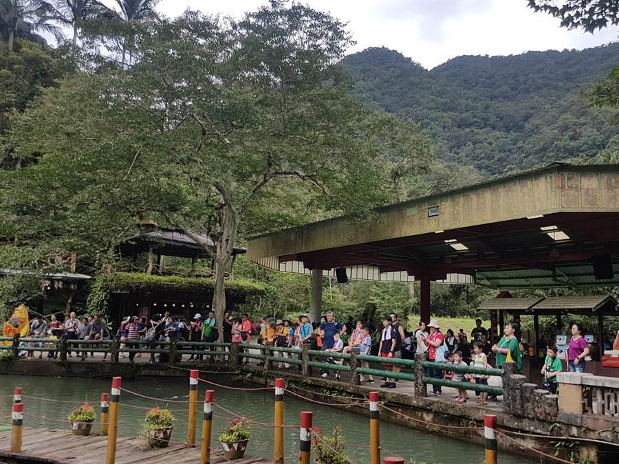 「用腳旺台灣健行活動」6日於新北市烏來區雲仙樂園登場,吸引逾900人參加。(葉書宏攝)