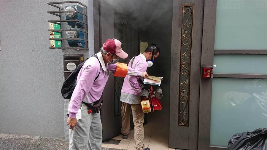 衛生單位在中西區開山里近型登革熱防議噴藥工作。(程炳璋攝)