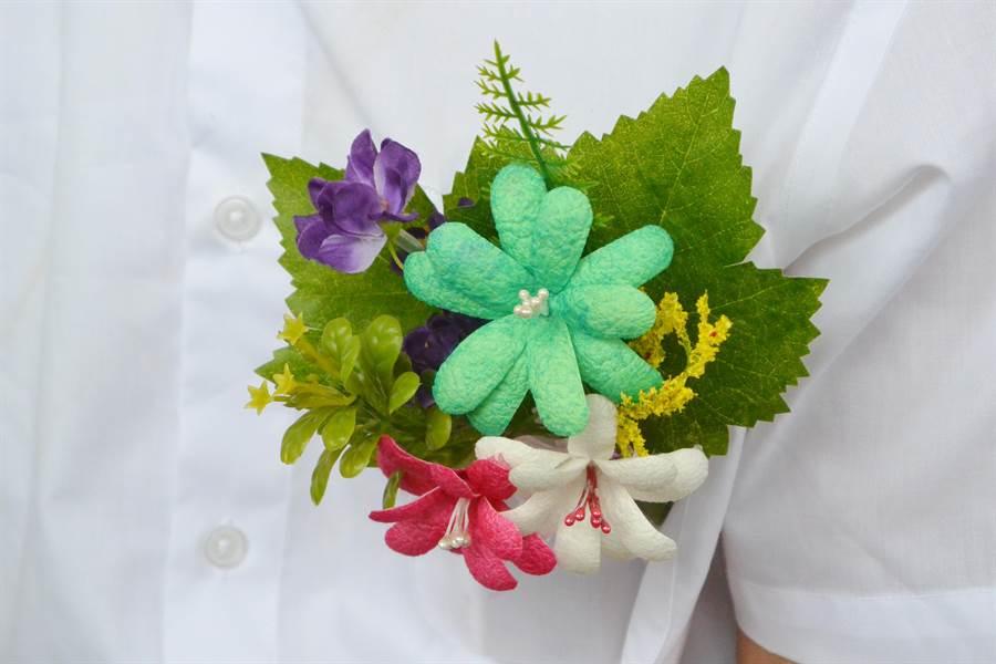 苗栗農改場利用蠶繭製作迎賓蠶繭花。(巫靜婷攝)