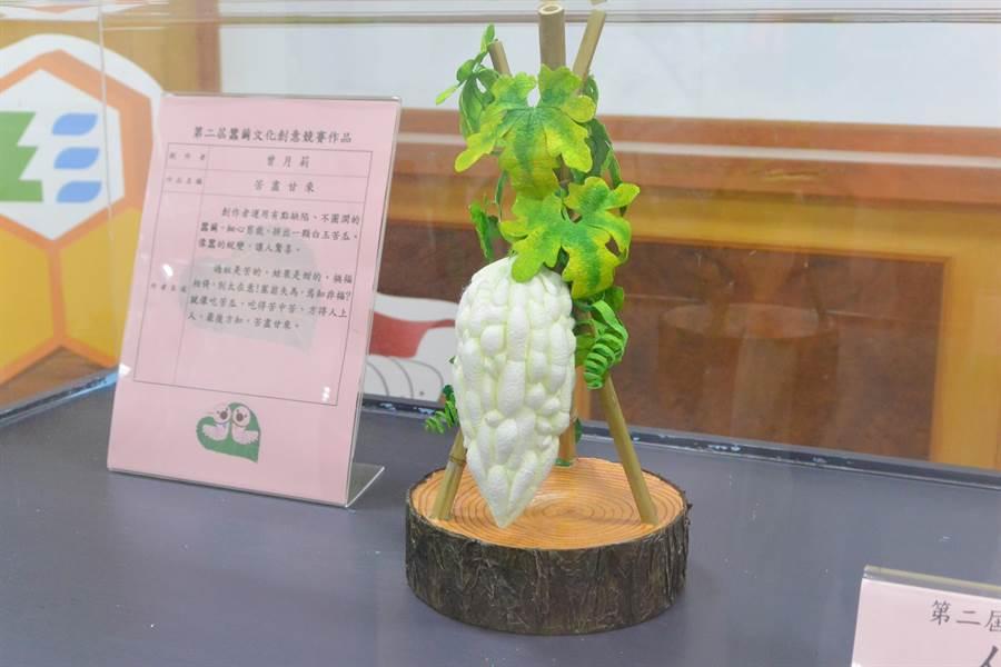 利用蠶繭製成的白玉苦瓜十分吸睛。(巫靜婷攝)