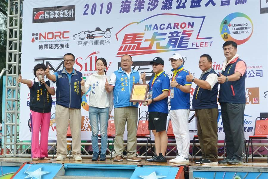 阿斌哥大愛協會致贈感謝狀給馬卡龍超跑車隊。(巫靜婷攝)