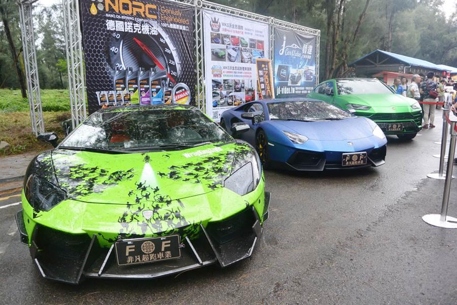 海洋沙灘公益大會師現場隨處可見價格不斐的超級跑車。(巫靜婷攝)