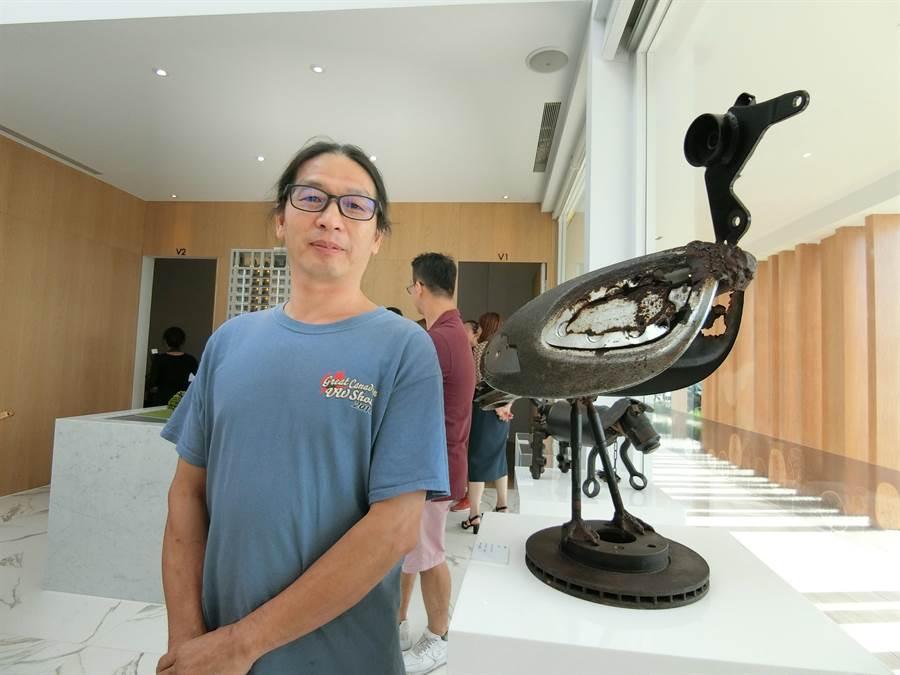 本身是修車師傅的藝術家林明修,為汽車廢棄零件找到第二春,馬達、汽缸創作成一隻昂首闊步的鳥。(盧金足攝)