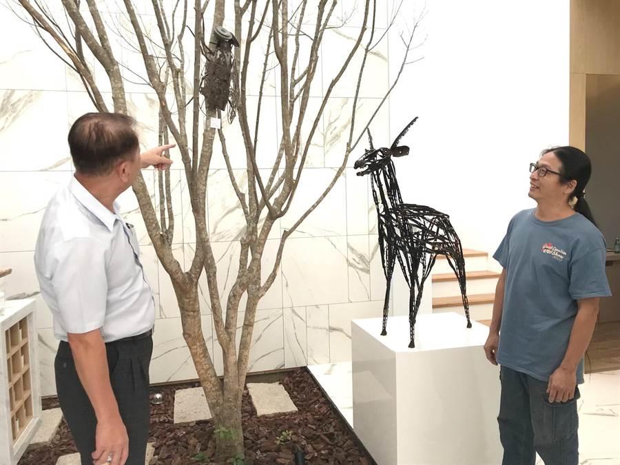 從事修車業的新銳藝術家林明修(右)以汽車回收廢零件,創作令人驚艷的作品,正在2019舜元藝術季開展, 拍賣所得捐給慈善團體。(盧金足攝)