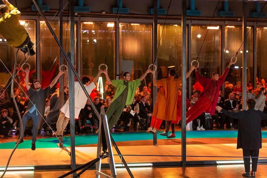 「PLAYGROUND.遊樂場」在巴黎登場時,24名表演者動感地爬繩、走鋼索和體操拉環,呈現服裝的各種可能性。(ISSEY MIYAKE提供)