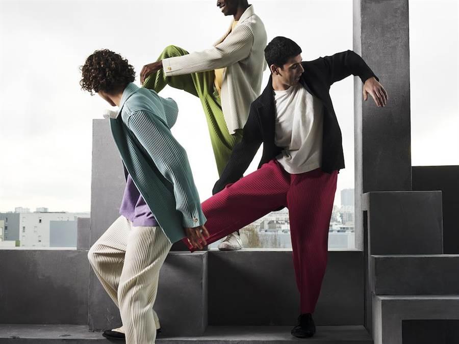 「Miyake Pleats」縐褶布料創造男性的嶄新穿著模式。左:剪裁縐褶西裝夾克2萬1300元,寬幅T圓領長袖上衣5800元,剪裁縐褶長褲9800元。中:剪裁縐褶1西裝夾克2萬1300元,寬幅T圓領長袖上衣5800元,6月季節色錐形褲9800元。右:基本款西裝外套2萬1300元,基本寬幅T五分袖上衣4300元,7月季節色八分寬管褲9800元。(ISSEY MIYAKE提供)