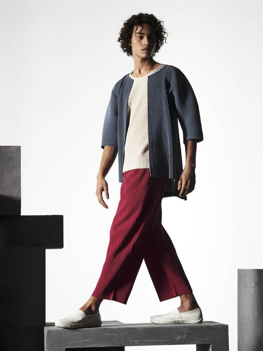 HOMME PLISSE讓男性可以倦於打扮,只思考舒服就好。7月季節色五分袖開襟衫8800元,6月季節色圓領短袖T恤5800元,7月季節色八分寬管褲9800元。(ISSEY MIYAKE提供)