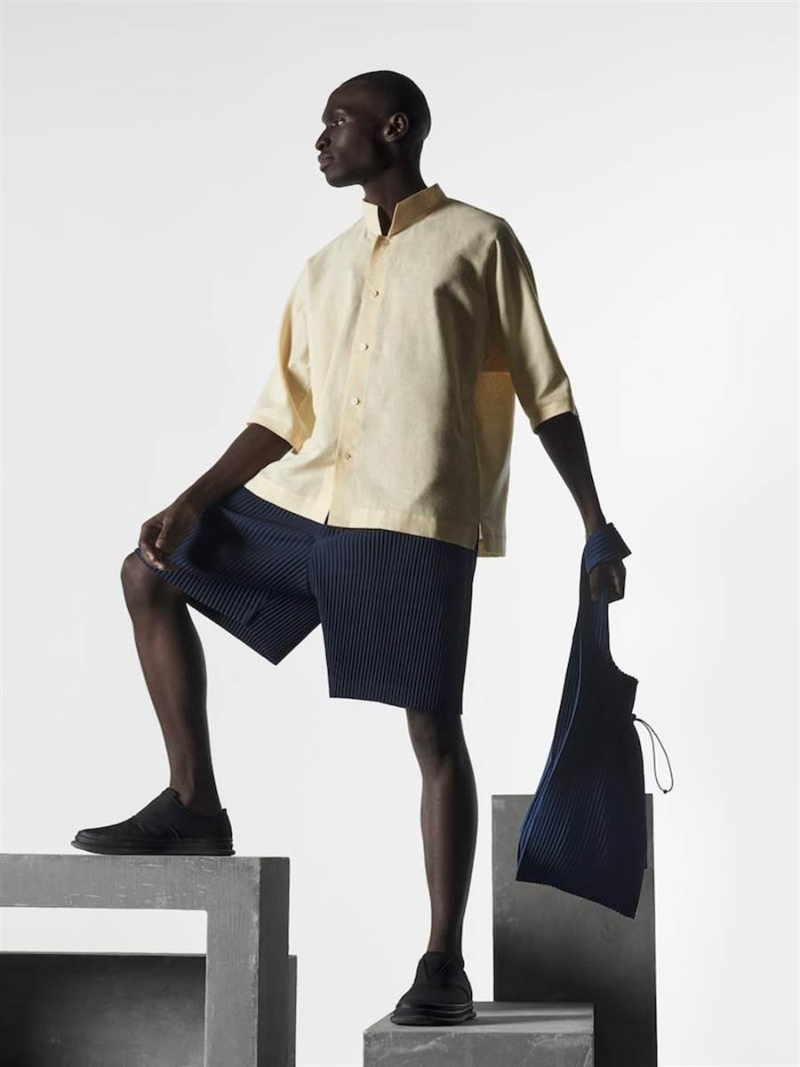 「Miyake Pleats」縐褶布料有直接穿著走的方便性。棉麻圓領五分袖襯衫9800,縐褶下身短褲7800元。(ISSEY MIYAKE提供)