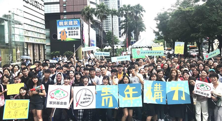 家扶青年6日在台中7期商圈舉辦快閃發聲行動,關注「在地文化與行動推廣」、「愛與尊重」等社會議題。(盧金足攝)