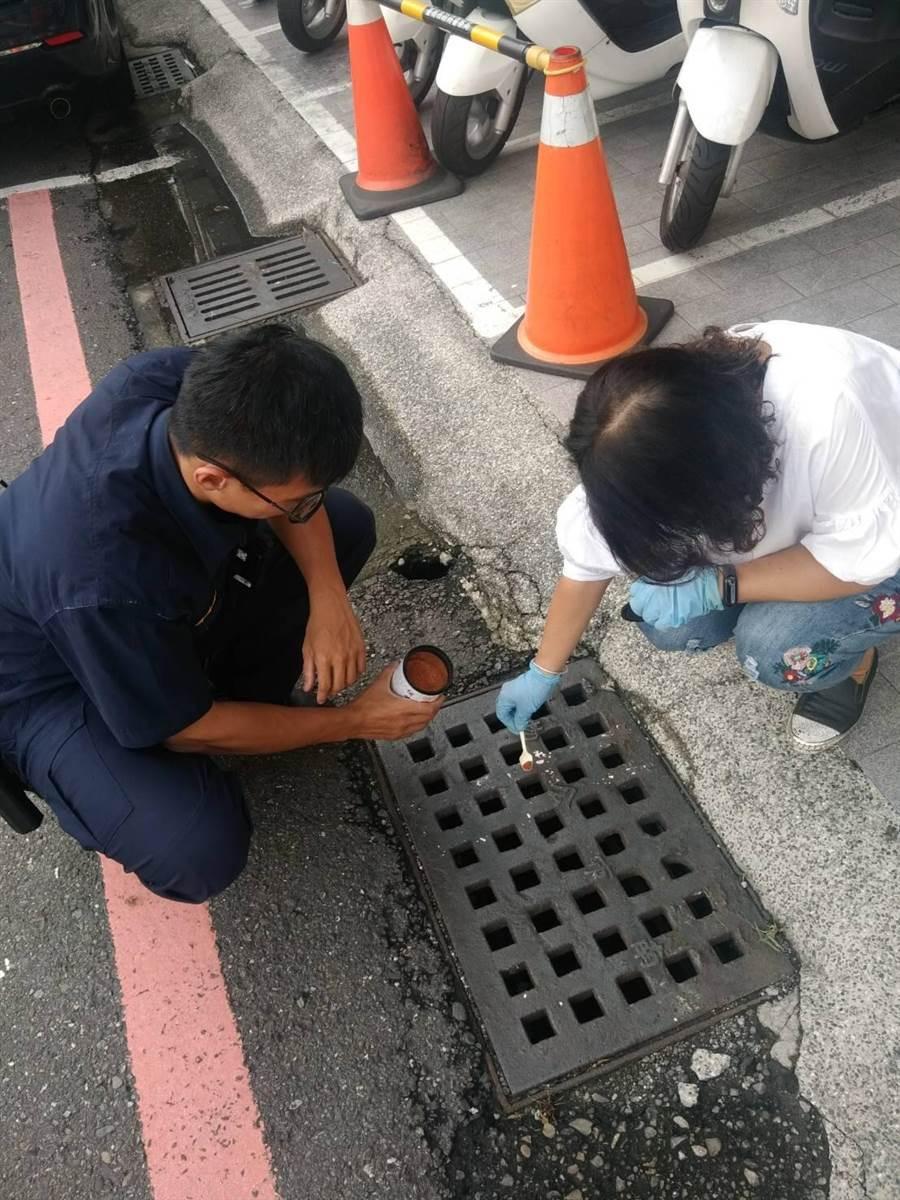警方在登革熱防疫工作上不但從旁協助,也同時幫忙宣傳。(程炳璋翻攝)