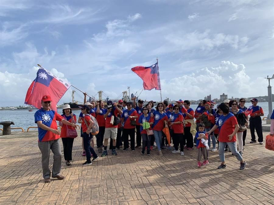 高雄港邊今午後湧現許多身穿國旗裝遊客。(郭建伸攝)