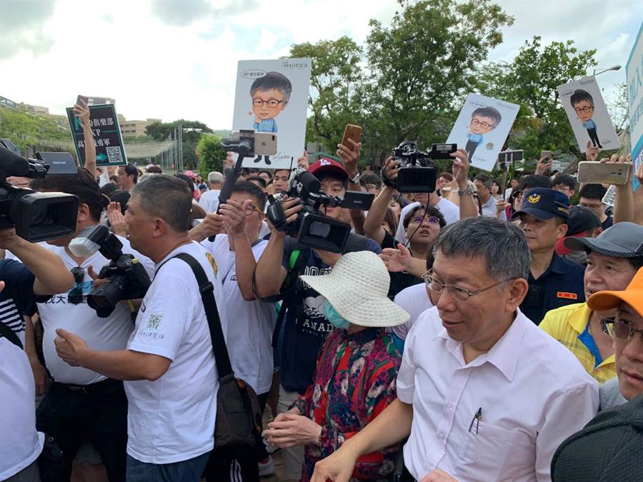 韓粉離開棧二庫後,台北市長柯文哲就來參觀,受到許多柯粉簇擁。(郭建伸攝)