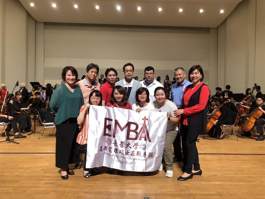 長榮大學EMBA「生活藝術」課程修課學生響應並贊助台南愛樂的公益音樂會演出。(長榮大學EMBA提供)