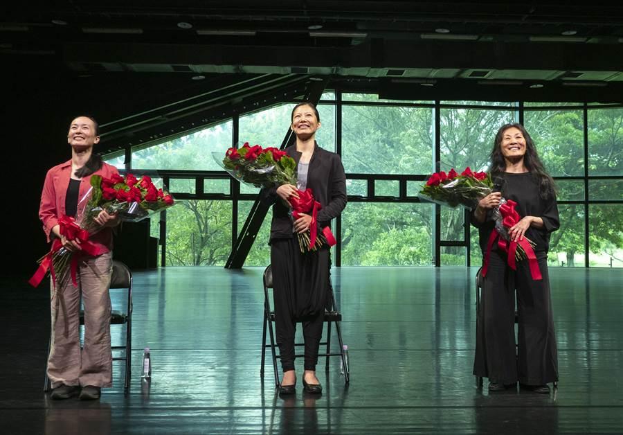 雲門舞集資深舞者下午在雲門劇場和觀眾分享他們的雲門生活,左起為資深舞者蘇依屛、周章佞、李靜君。(劉振祥攝,雲門舞集提供)