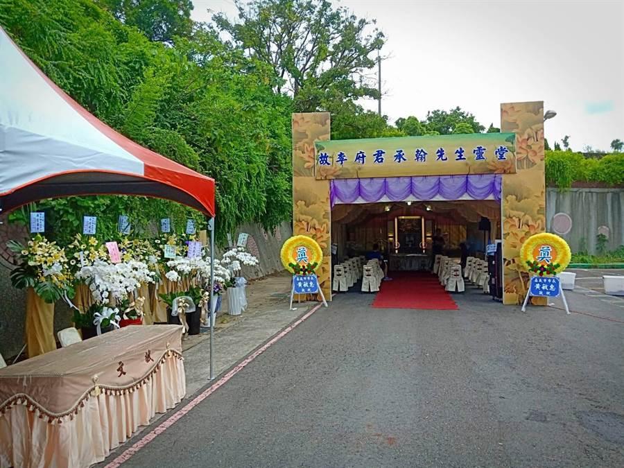 警方為李承翰設置大型靈堂,民眾紛紛前往弔唁。(陳鴻偉翻攝)