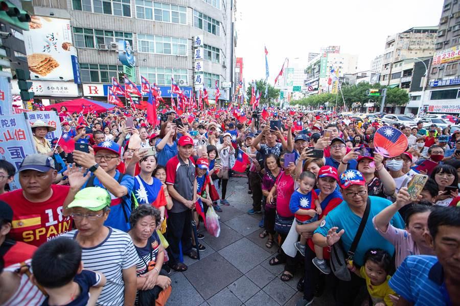 韓粉們早就收到韓國瑜要來六合夜市的情報,聚集在夜市入口捷運站前,等待韓國瑜走出捷運站。(袁庭堯攝)