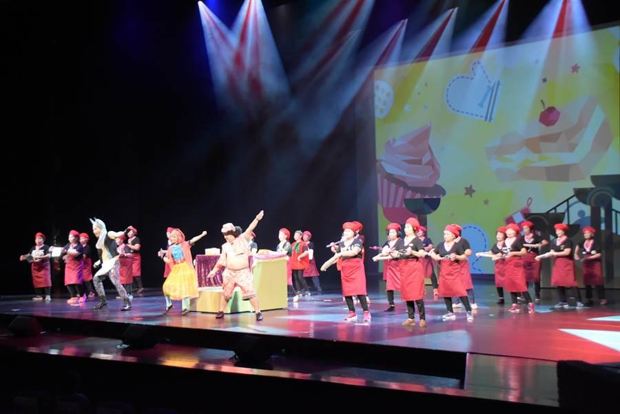 彰化縣首場專業銀髮音樂劇演出,6日下午、晚間在員林演藝廳盛大登場,來自6個社區關懷據點歌舞隊的200名爺奶盛裝參與演出,全部加起來總演出歲數超過萬歲。(謝瓊雲攝)