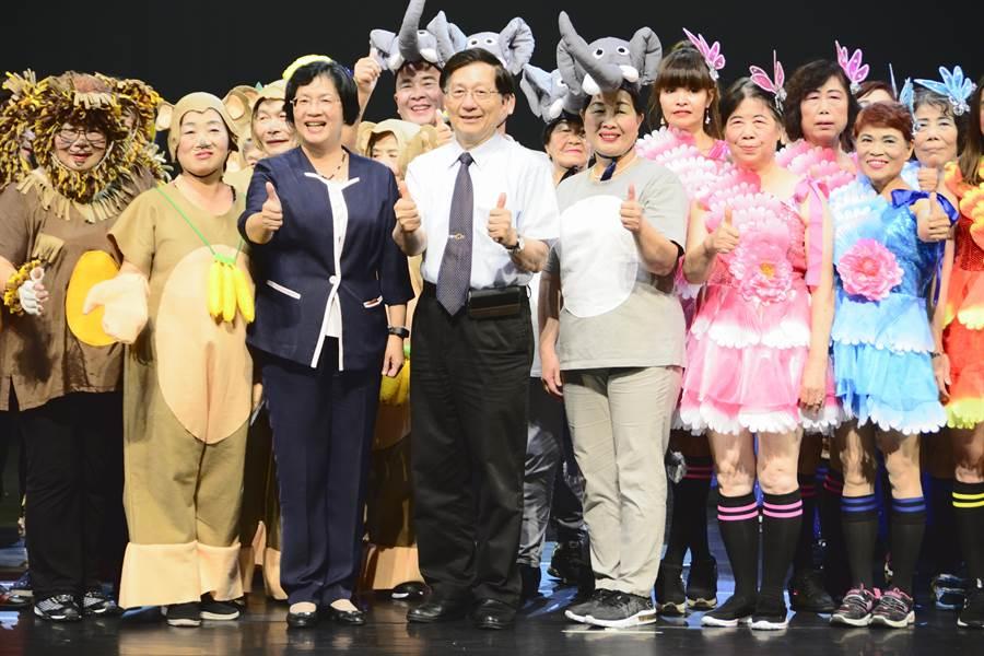 彰化縣長王惠美(左三)和弘道基金會董事長王乃弘(左四),在舞台劇演出結束後,上台一同和所有演員們慶賀演出順利成功。(謝瓊雲攝)