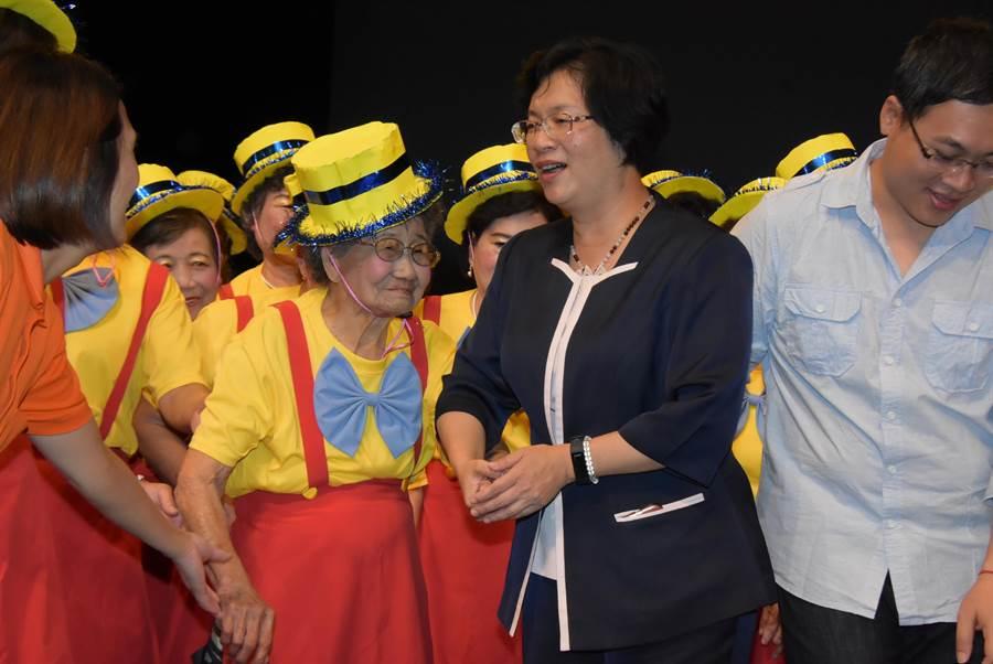 大村大橋社區高齡98歲的吳保阿嬤,是6個表演團體中最高齡的長輩,縣長王惠美(右)大讚其演出十分敬業到位。(謝瓊雲攝)