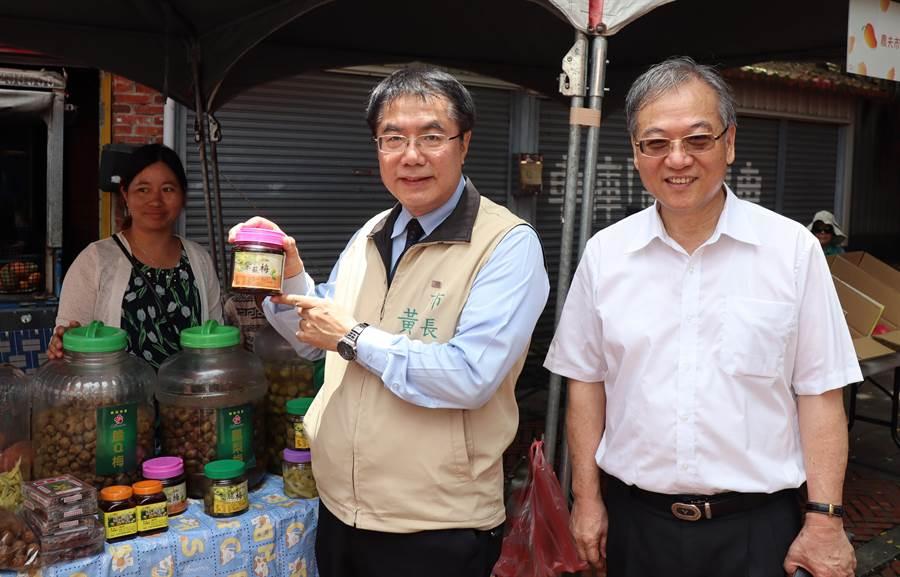 楠西芒果節活動6日在楠西區江家古厝熱鬧展開,市長黃偉哲也到農夫市集血拼。(劉秀芬攝)