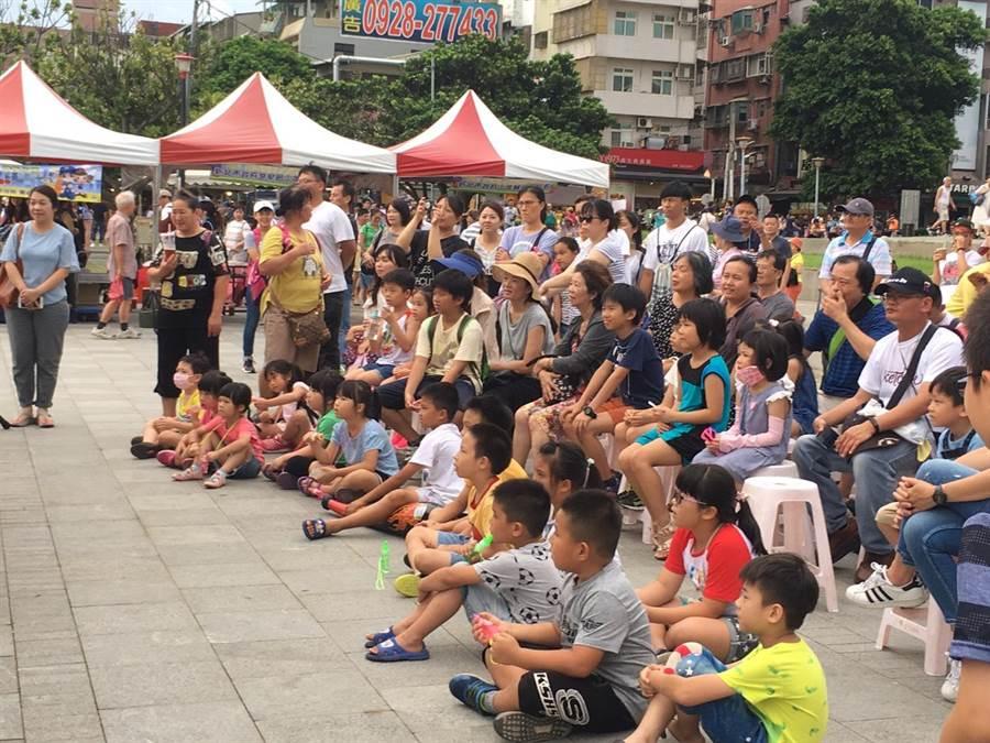 新北市政府警察局少年警察隊及少年輔導委員會6日,於淡水捷運站後方廣場以一場充滿豐富表演的犯罪預防反毒宣導活動。(葉書宏翻攝)