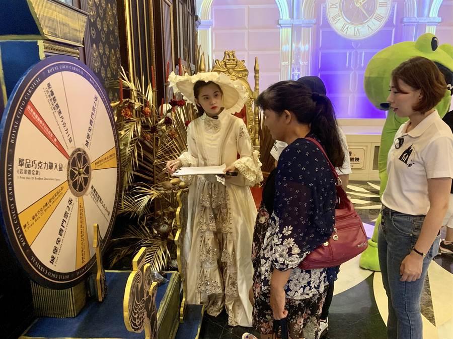 妮娜皇家可可嘉年華,推出夢幻轉盤讓遊客試手氣。(廖志晃攝)