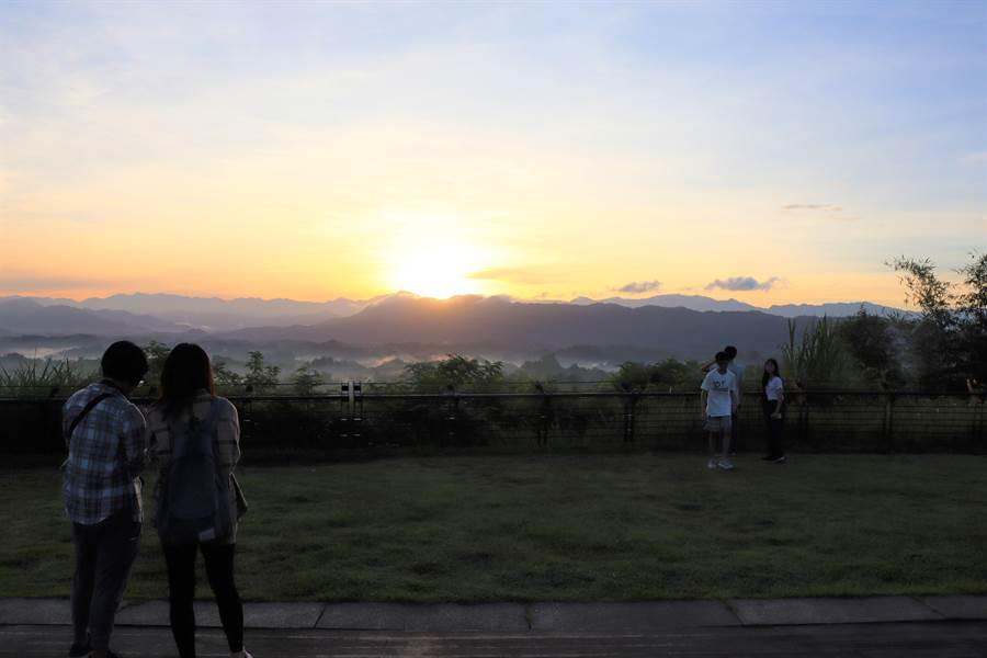 左鎮二寮有全台最低海拔的日出雲海,吸引不少遊客來追日。(劉秀芬攝)