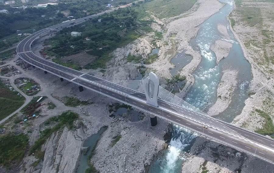 台中市長盧秀燕希望2年內完成環評程序,並在任內盡快復工,給山城居民一條聯外安全的便捷道路,圖為東豐快速道路完工的橋梁。(圖/台中市府提供)