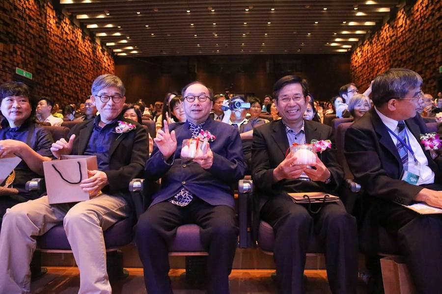 教育部潘文忠部長(右2)、廣達集團林百里董事長(左2)。(圖/廣達集團提供)