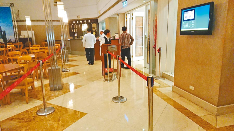 君鴻國際酒店39樓餐廳5日正常營業,只是比平時冷清了一點。圖/林憲祥