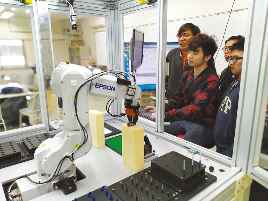 聖約翰科大109學年度「人工智慧應用學士學位學程」成立後,學生能接觸到最夯的智慧機器人、智慧製造機械手臂等尖端設備,積極準備自己迎向未來。圖/聖約大提供