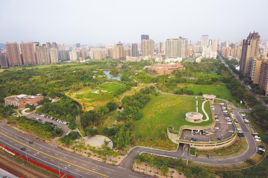 面積大約41公頃的高雄美術館園區,是該區住戶生活休憩的重要據點。圖/顏瑞田