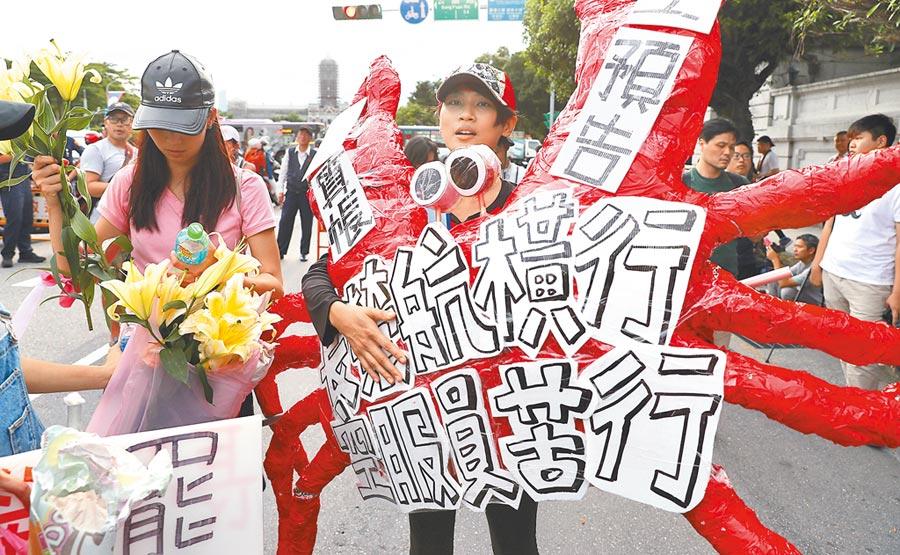 長榮空服員罷工5日進入第16天,超過30名空服員清晨從南崁苦行27公里到台北,帶著寫有「長榮航橫行,空服員苦行」的紅螃蟹,抵達總統府前的凱道,準備向總統府遞交陳情書。(季志翔攝)