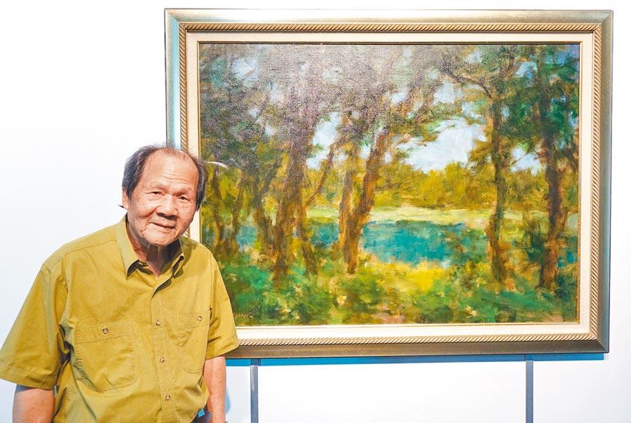 王守英老師擅長以特殊透明打底手法創作,這幅《湖畔清晨》透過樹木、綠葉、天空或池水的色影布局;讓平凡題材展現沉穩又恬靜的獨特美感。(陳世宗攝)