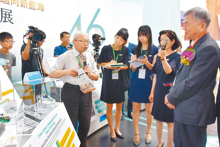 經濟部長沈榮津(右)參訪工研院46周年特展,一一了解各項技術。(莊旻靜攝)