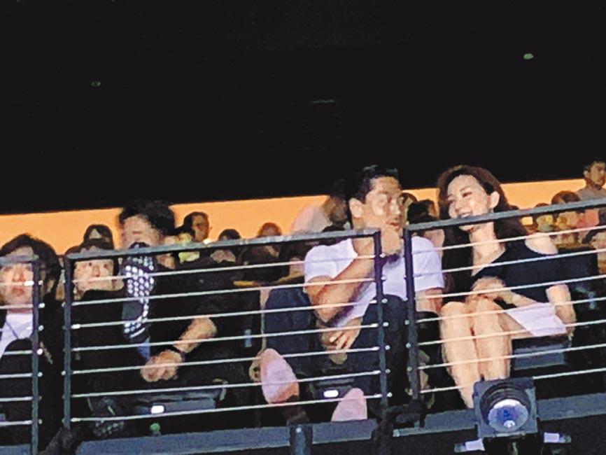 林志玲(右)跟AKIRA一起看表演。(取材自推特)
