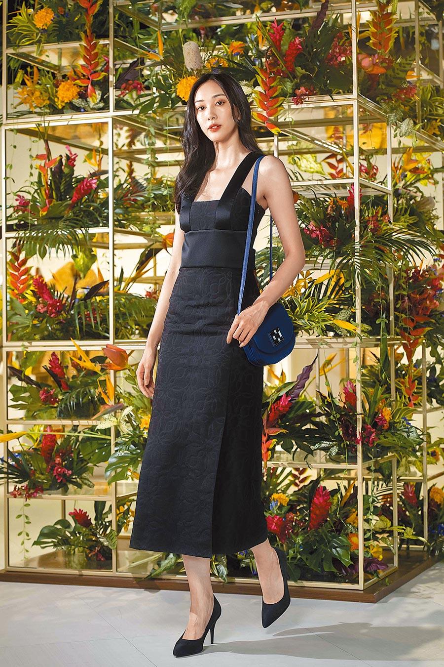 建築式線條融入愛馬仕這季的服裝剪裁上,加上提花織工藝紋打造立體的明暗效果。黑色Cordelieres圖紋提花細節連身真絲晚宴洋裝20萬2800元。(HERMES提供)