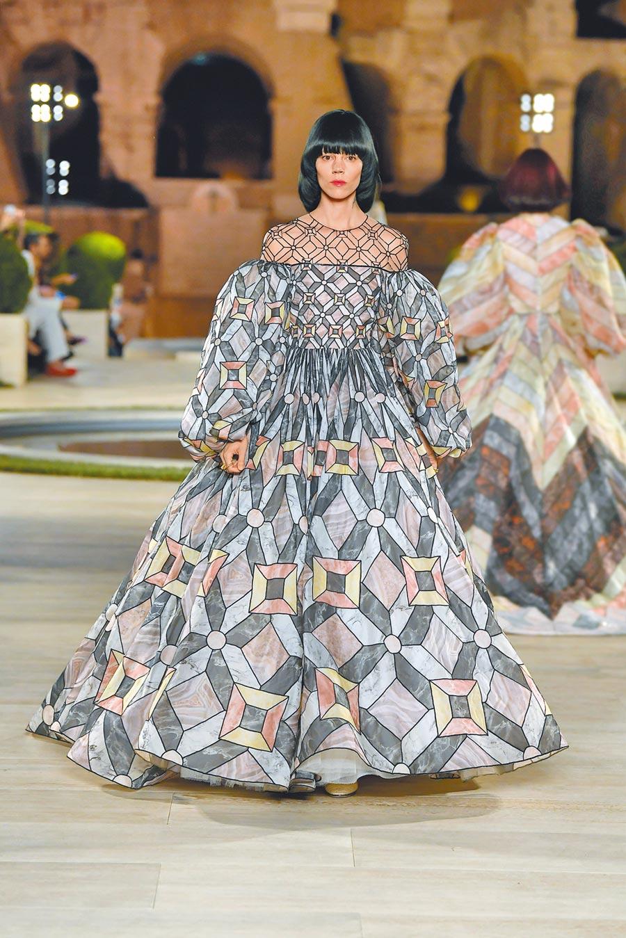 壓軸登場的花磚圖案蓬裙禮服,汲取提比略宮地板精湛的花磚飾面工藝。  (FENDI提供)