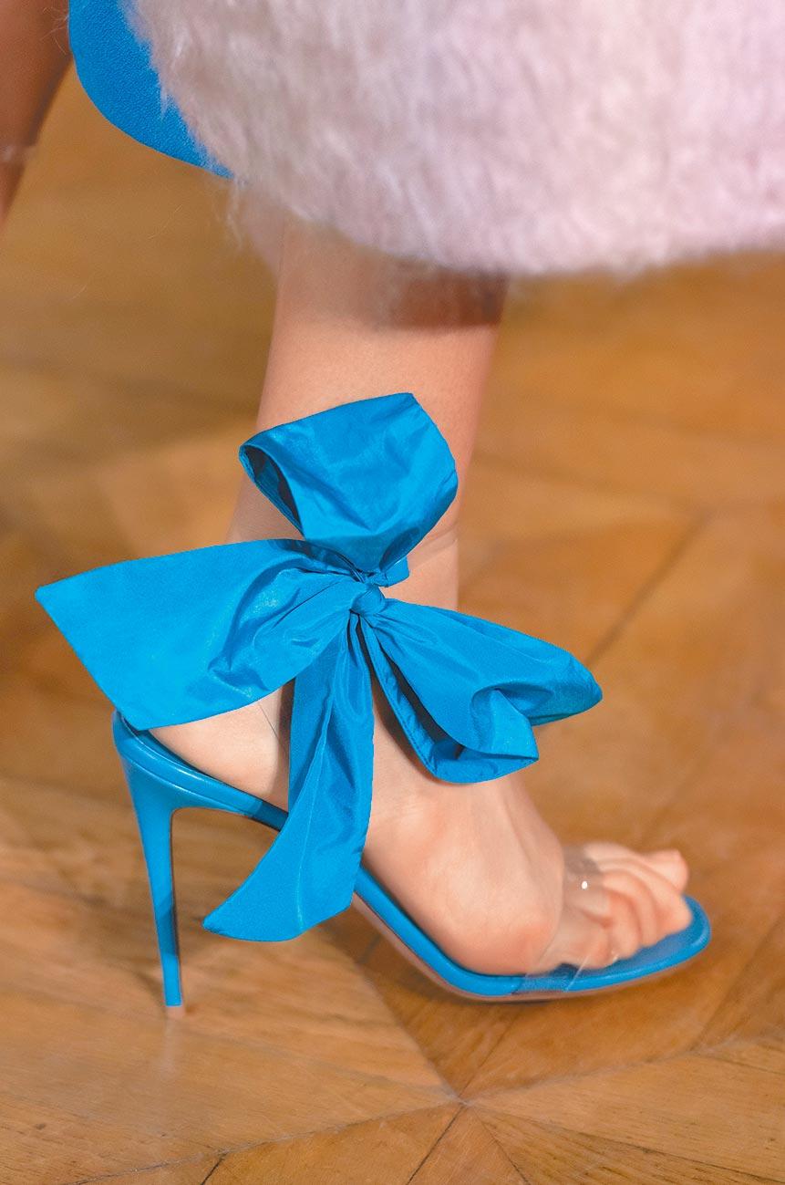 Valentino必備蝴蝶結,這次出現在高跟鞋綁帶設計上。(Valentino提供)