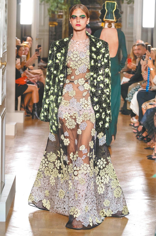 Valentino秋冬高訂,刺繡、花朵仍是重頭戲,禮服搭外套宛若凱特布蘭琪的紅毯裝。(Valentino提供)