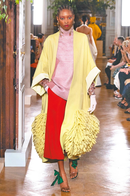 舒適宛若蘿倫赫頓般的穿著,Valentino藉由亮片、流蘇展現獨立個性。(Valentino提供)