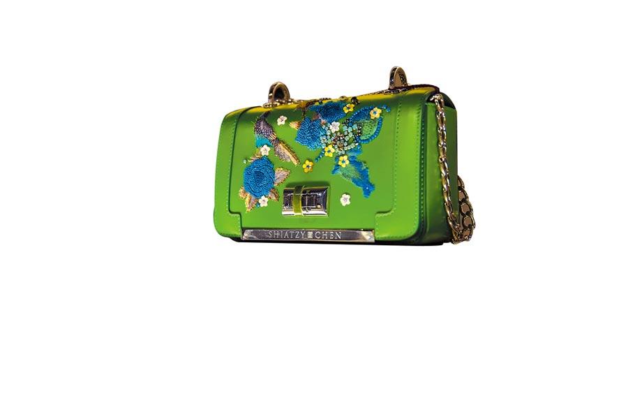 SHIATZY CHEN漢神店內陳列的綠色刺繡包,價格店洽。(SHIATZY CHEN提供)